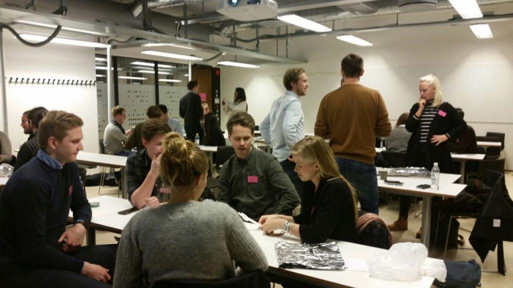 Det diskuteres strategi på prototypen under en gruppekonkurranse.