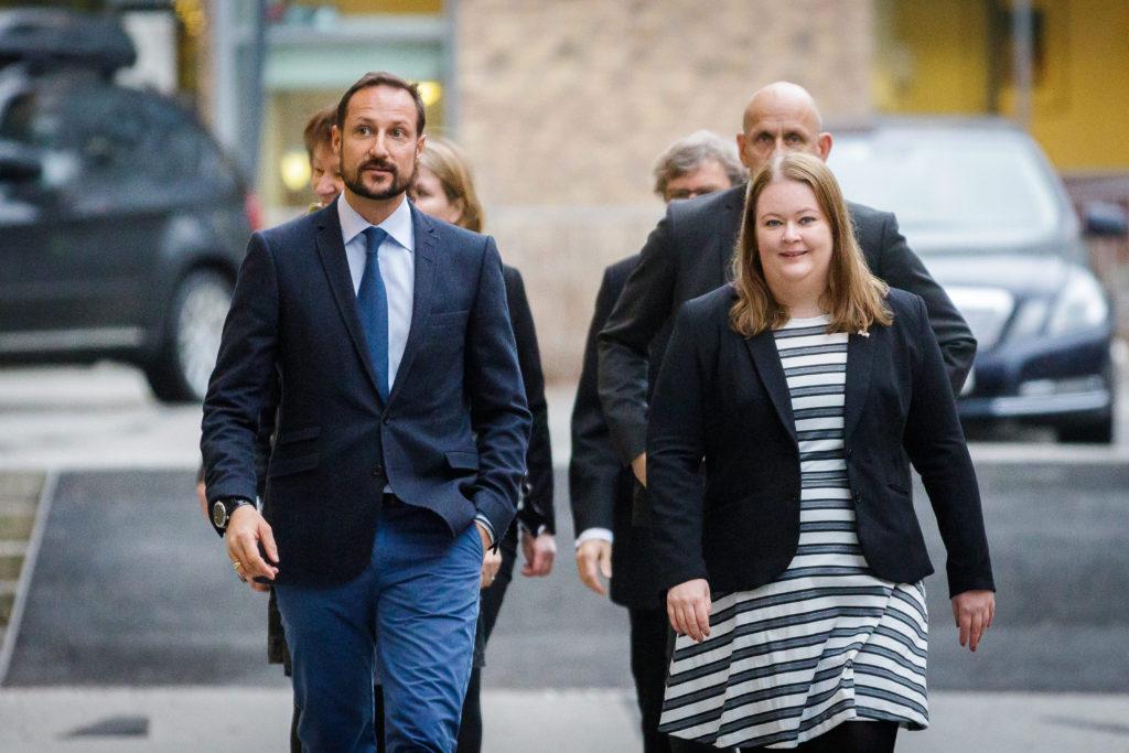 H.K.H. Kronprins Haakon ankommer Ole Johan Dahls hus ledsaget av Carina Tønnesen fra Senter for entreprenørskap.